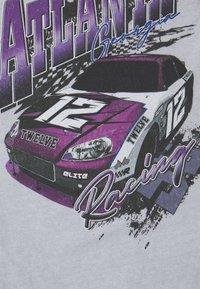Mennace - ATLANTA RACING UNISEX - Print T-shirt - grey - 2