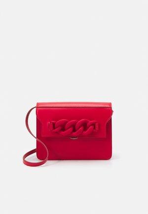 DAFT BAG - Taška spříčným popruhem - red