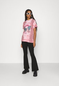 BDG Urban Outfitters - BUTTERFLY TEE - Print T-shirt - pink - 1