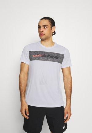 DRY SUPERSET ENERGY - Print T-shirt - white/black