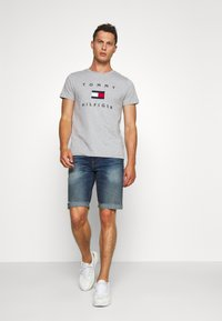 Tommy Hilfiger - FLAG TEE - Print T-shirt - grey - 1