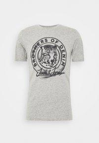 Jack & Jones - JORSOLEX CREW NECK - T-shirt print - light grey - 4