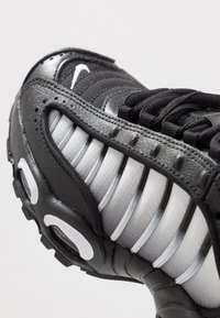 Nike Sportswear - AIR MAX TAILWIND IV  - Sneakersy niskie - black/white - 2