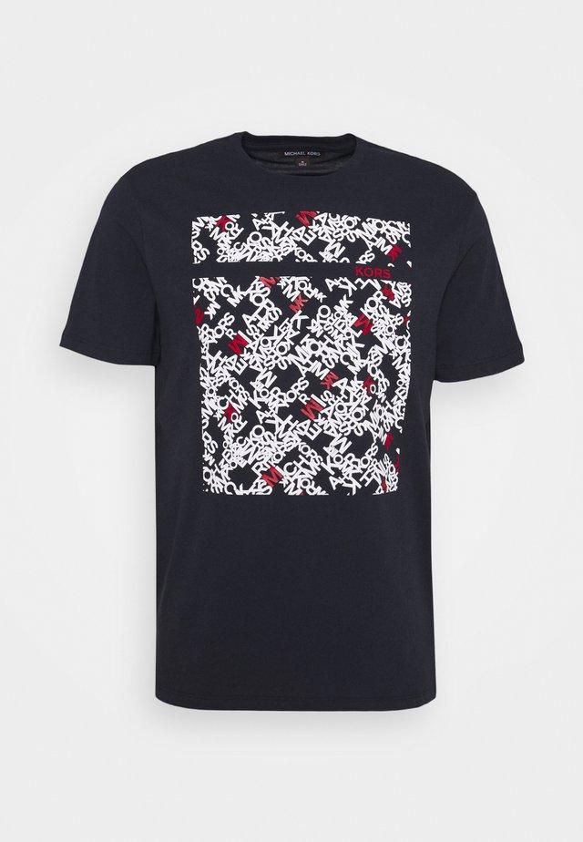 SCATTERED LOGO TEE - Print T-shirt - dark midnight