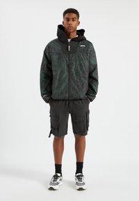 PULL&BEAR - Lehká bunda - mottled dark green - 1