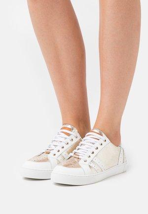 SUZIE - Sneakers laag - or/blanc