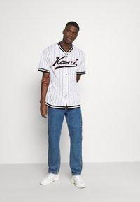 Karl Kani - VARSITY PINSTRIPE BASEBALL - Shirt - white - 1
