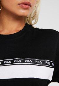 Fila Petite - SHINAKO TEE - T-shirt med print - black/bright white - 4