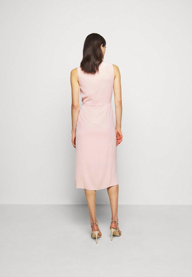 Pouzdrové šaty - peachy sky