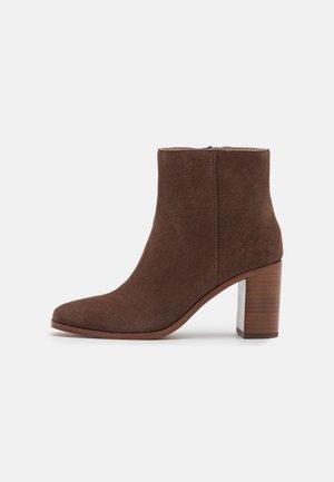 GREER - Korte laarzen - rich brown