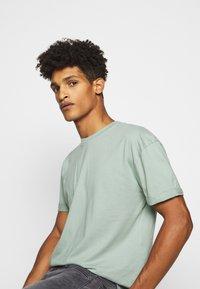 DRYKORN - THILO - T-shirt basic - grün - 3