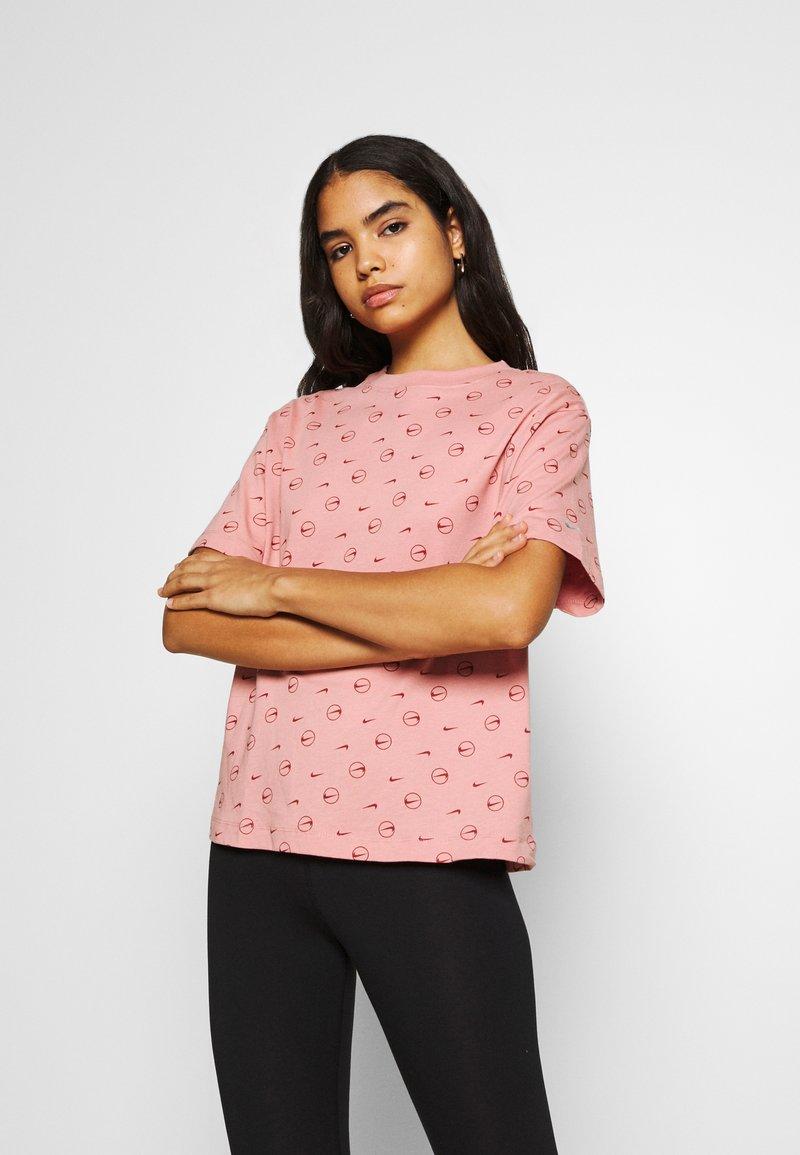Nike Sportswear - TEE - T-shirt med print - rust pink/canyon rust