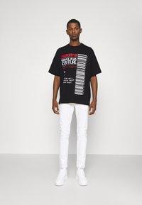 Versace Jeans Couture - INTERLOCK - T-shirt imprimé - nero - 1