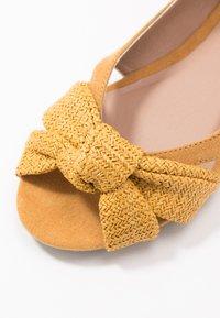Dorothy Perkins - PLOT KNOT PEEP - Ballerina med åpen front - yellow - 2