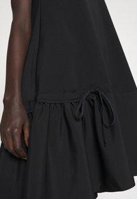 Victoria Victoria Beckham - FLOUNCE HEM SHIFT DRESS - Koktejlové šaty/ šaty na párty - black - 5