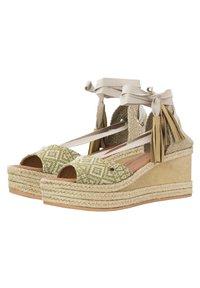 Priscila Welter - Sandalen met sleehak - beige - 2