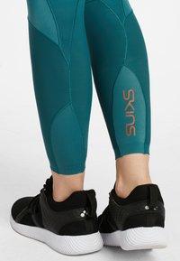 Skins - SKINS KOMPRESSIONSHOSE S5  - Leggings - teal - 4