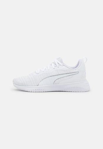 FLYER FLEX - Neutral running shoes - white/metallic silver