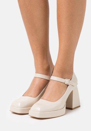 Zapatos altos - arce/abellan