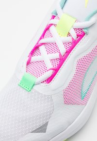 Puma - MINIMA  - Neutral running shoes - white/aruba blue/elektro green - 5