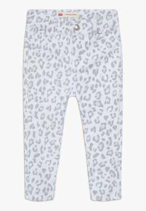 710 SUPER SKINNY - Skinny džíny - white