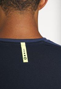 JAKO - CHAMP - Print T-shirt - marine/blue/neongelb - 4