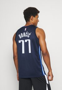 Nike Performance - NBA DALLAS MAVERICKS LUKA DONCIC SWINGMAN  - Article de supporter - college navy/game royal/white - 2