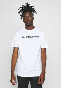 Daily Basis Studios - DAILY LOGO - Print T-shirt - white - 0