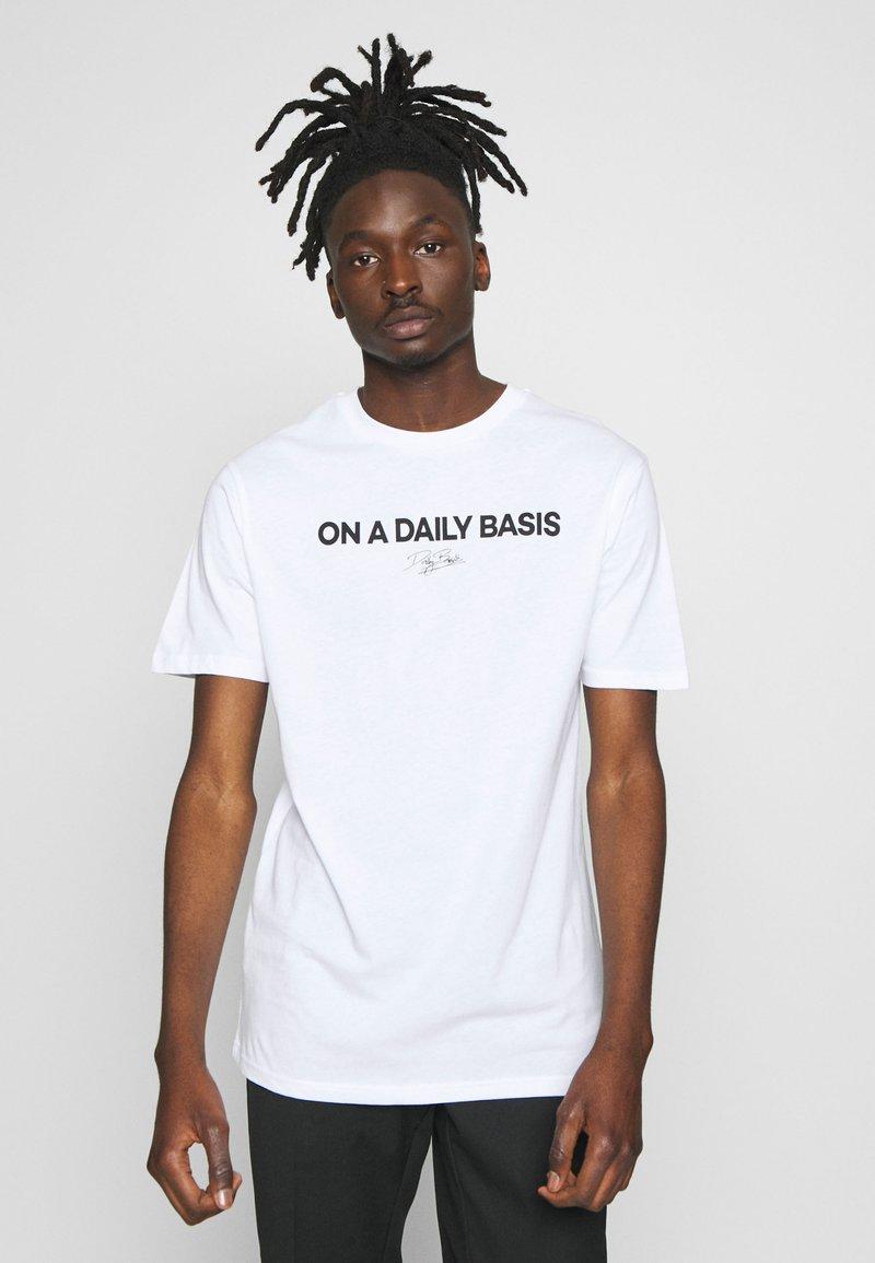 Daily Basis Studios - DAILY LOGO - Print T-shirt - white