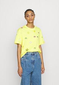 Lacoste - Unisex Lacoste x FriendsWithYou Print Cotton T-shirt - T-shirts med print - citron - 3