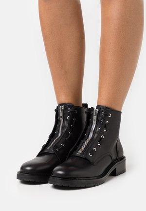 CANNON BOOT - Kotníková obuv - black