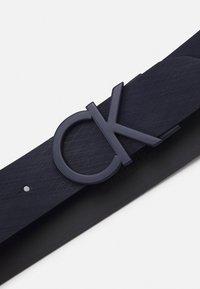 Calvin Klein - BUCKLE TEXTURED  - Pásek - blue - 2