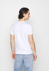 Calvin Klein Jeans - NEW ICONIC ESSENTIAL TEE - Printtipaita - bright white - 2
