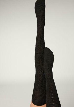 Overkneestrumpor - black cashmere chevron knit