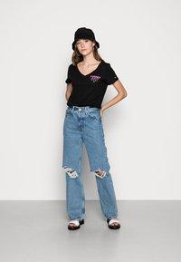 Tommy Jeans - ESSENTIAL V-NECK LOGO TEE - Triko spotiskem -  black - 1