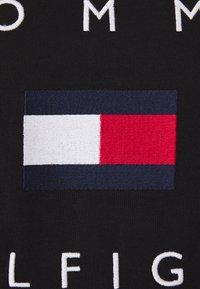 Tommy Hilfiger - FLAG TEE - Print T-shirt - black - 6