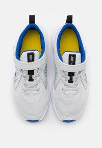 Nike Performance - DOWNSHIFTER 10 UNISEX - Neutrální běžecké boty - photon dust/game royal/speed yellow - 3