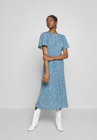 Missguided - FLUTTER MIDI DRESS POLKA - Denní šaty - blue - 0