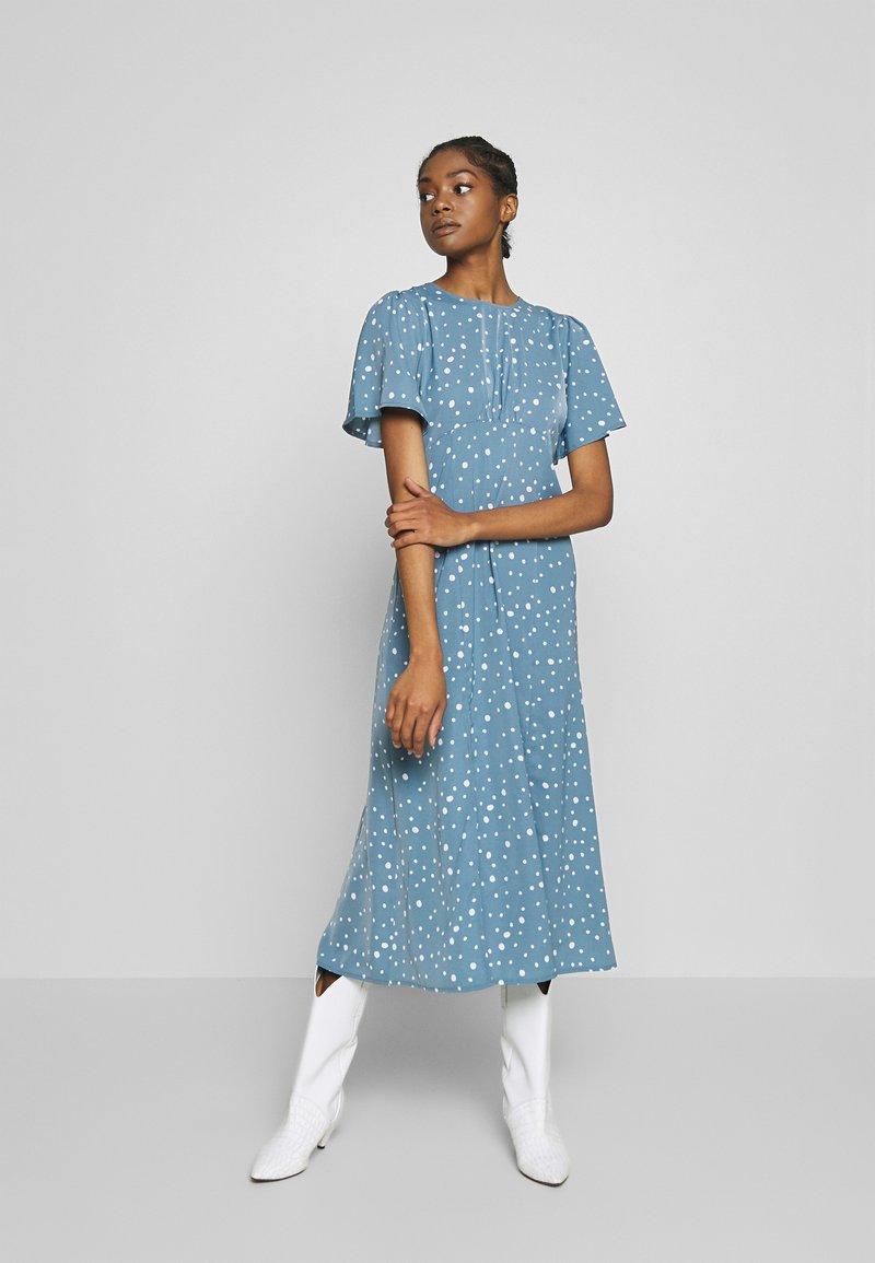Missguided - FLUTTER MIDI DRESS POLKA - Denní šaty - blue