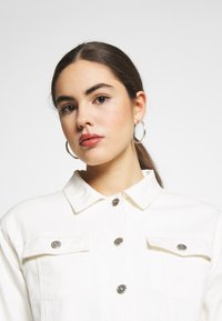 Nly by Nelly - CROPPED TRUCKER JACKET - Denim jacket - white - 4