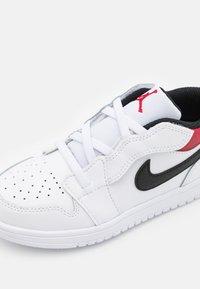 Jordan - 1 LOW ALT UNISEX - Basketball shoes - white/gym red/black - 5