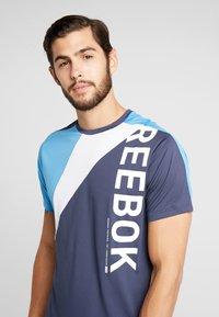 Reebok - OST BLOCKED TEE - T-shirt z nadrukiem - dark blue - 4