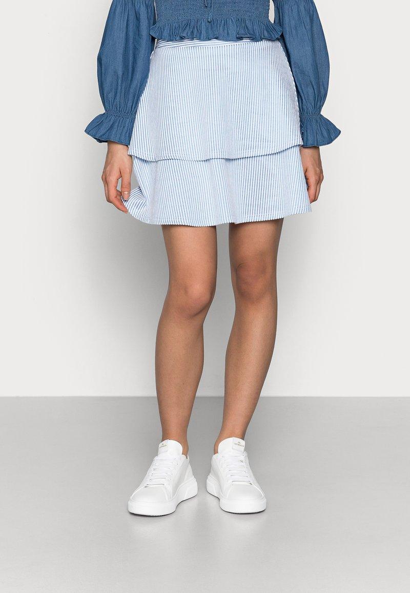 VILA PETITE - VIMILAC SHORT SKIRT - Mini skirt - cashmere blue/cloud dancer