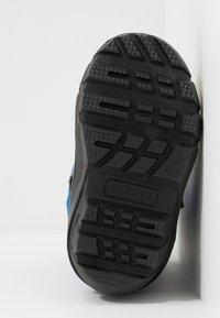 Sorel - YOUTH FLURRY - Zimní obuv - black/super blue - 5
