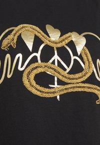 Mos Mosh - VEE TEE - Triko spotiskem - black/gold - 2