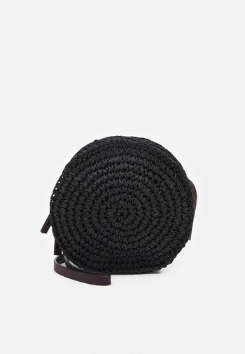 CIRCLE - Taška spříčným popruhem - black