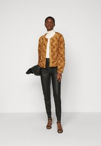 Vero Moda Tall - VMCURL SHORT JACKET - Winter jacket - buckthorn brown - 1
