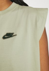 Nike Sportswear - TANK EARTH DAY - Camiseta estampada - olive aura/galactic jade - 3