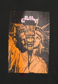 Grimey - LIVEUTION TEE UNISEX - T-shirt med print - black - 2