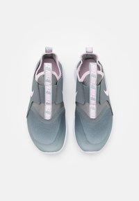Nike Performance - FLEX RUNNER UNISEX - Neutrální běžecké boty - light smoke grey/pink foam/smoke grey/white - 3